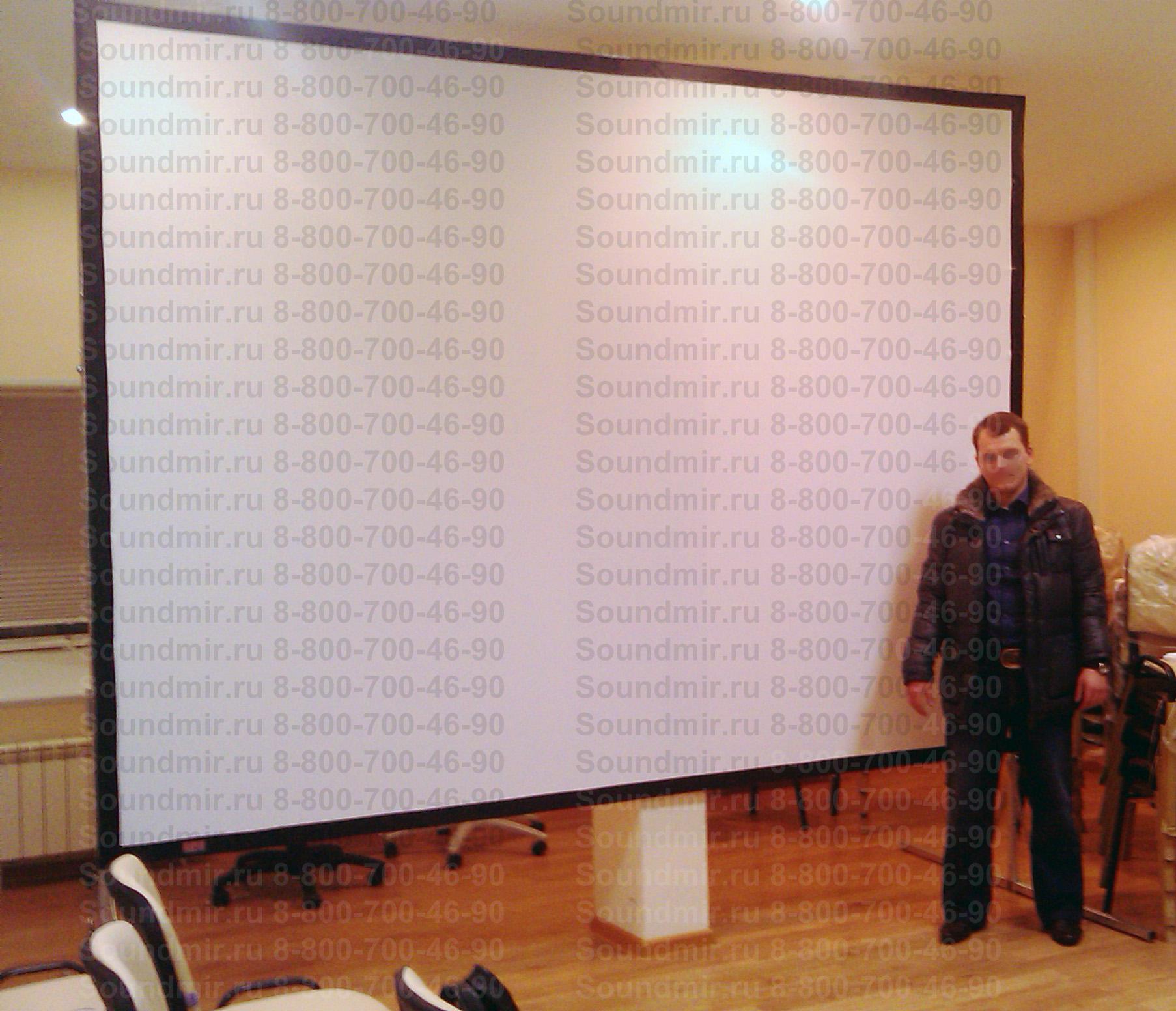 напольный проекционный экран в офисе